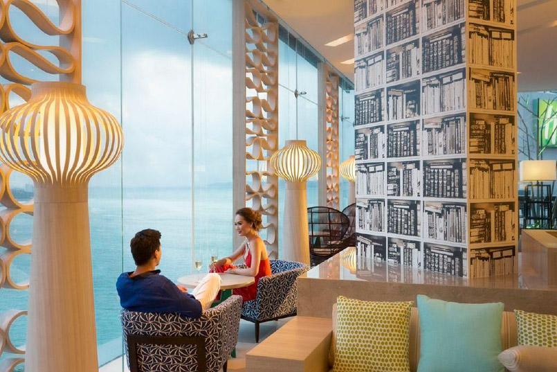 Executive Club dengan pemandangan laut lepas.