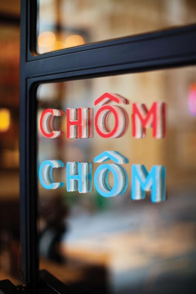 Tanda nama di jendela kaca Chom Chom.