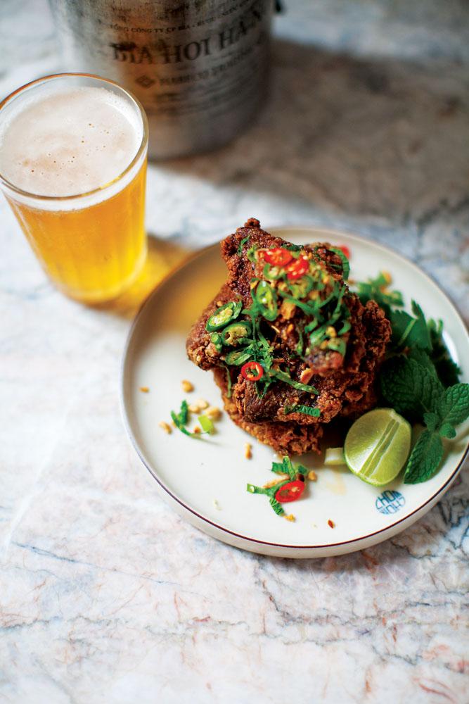 VFC (Vietnamese fried chicken wings) bersanding sempurna dengan bir Saigon di Chom Chom.