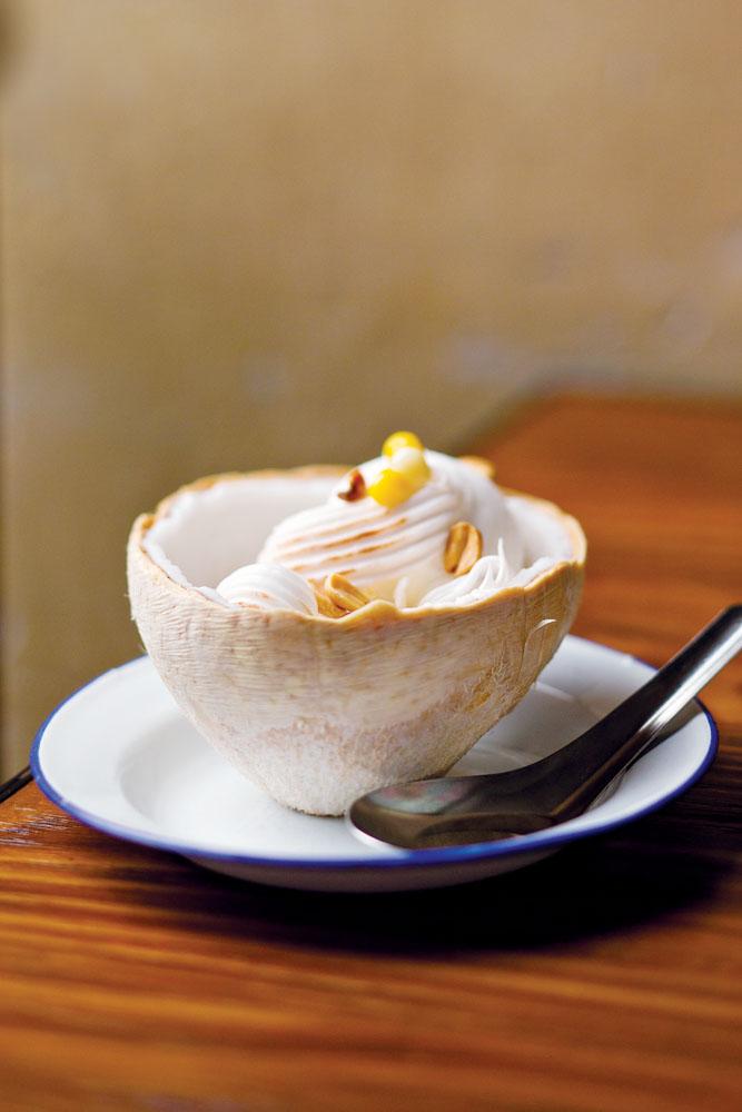 Es krim kelapa, hidangan pencuci mulut khas Thailand di Chachawan.