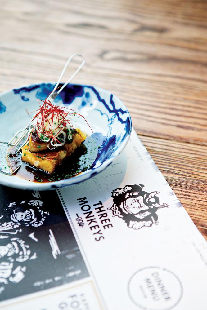 Foie gras di atas tahu goreng dengan saus mirin, salah satu menu andalan Three Monkeys.
