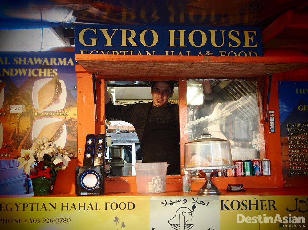 Hidangan halal mudah ditemukan di sejumlah food cart.