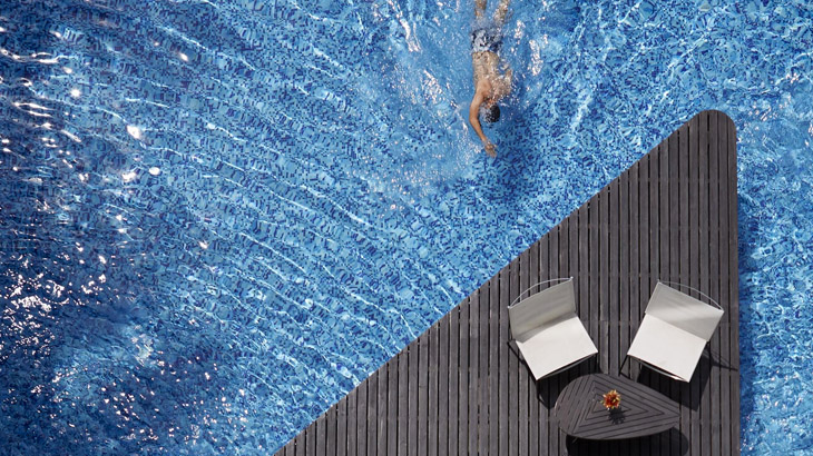 Kolam renangnya mengusung gaya kontemporer.