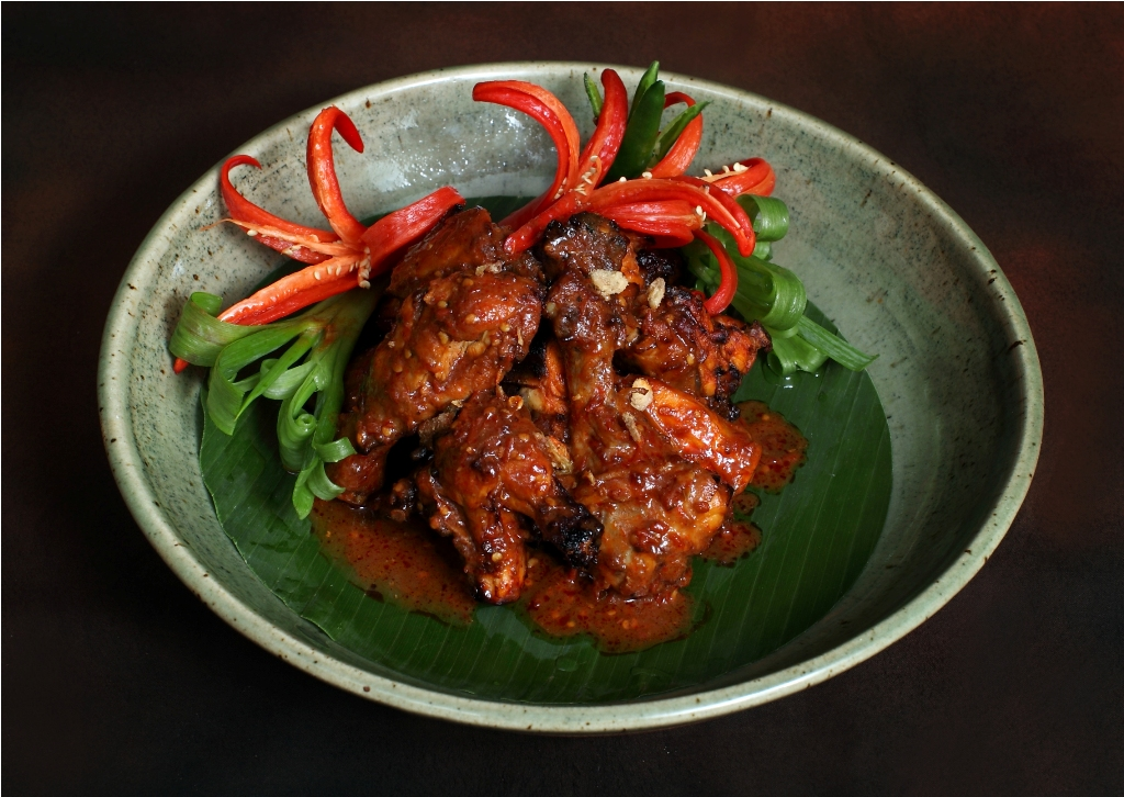 Ayam bakar dengan sambal merah.