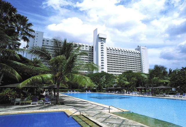 Kolam renang luas di Hotel Borobudur.