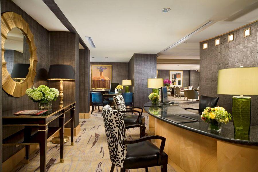 Meja registrasi tamu khusus The Suites yang terletak di Mulia Executive Lounge.