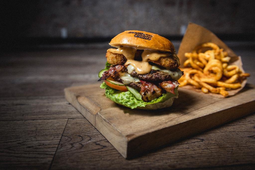 Burger wagyu di restoran Cock's & Cows.