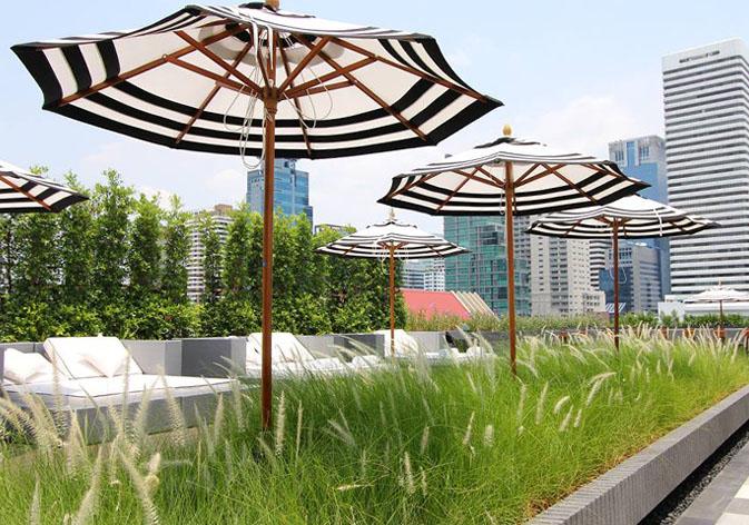 Area kolam renang berada di area terbuka menghadirkan pemandangan Kota Malaikat.