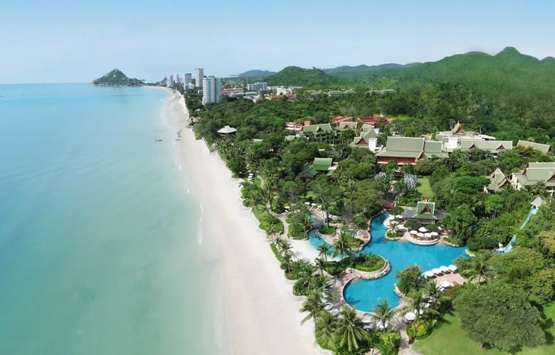 Hyatt Regency Hua Hin dengan pantai privatnya yang membentang.
