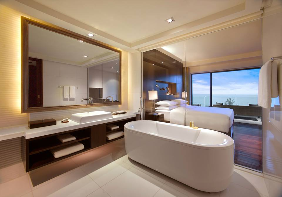Kamar mandi luas dipisahkan dinding kaca.