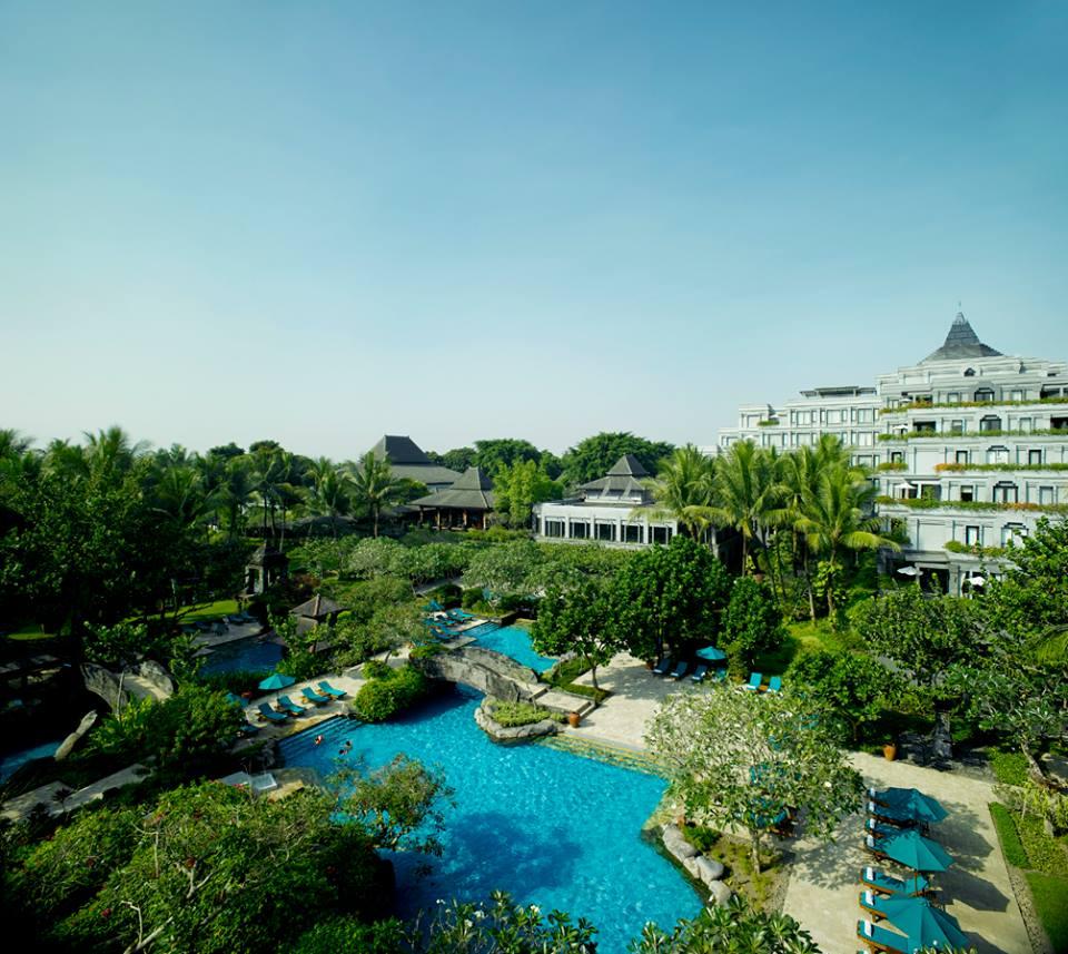 Kolam renang di Hyatt Regency Yogyakarta dikelilingi taman rindang.