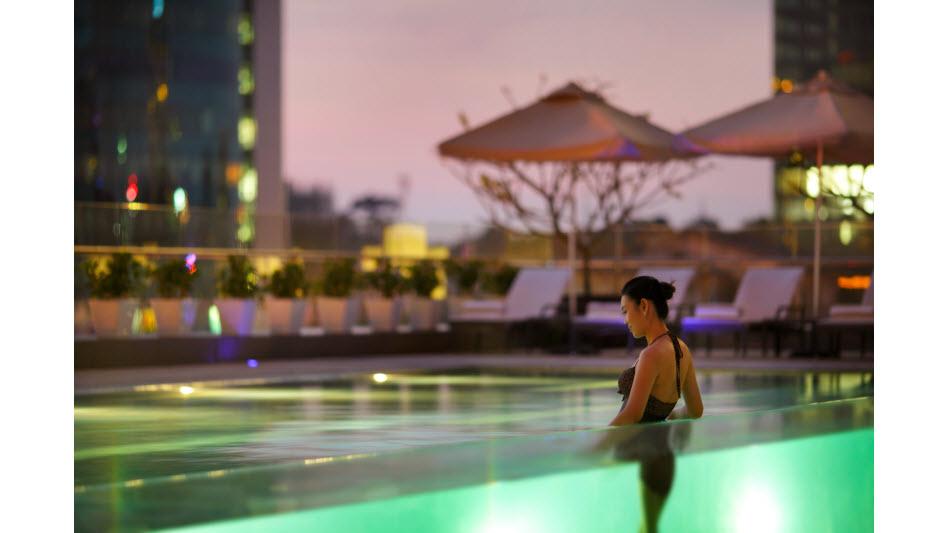 Kolam renang di InterContinental Asiana Saigon yang terbuat dari kaca.