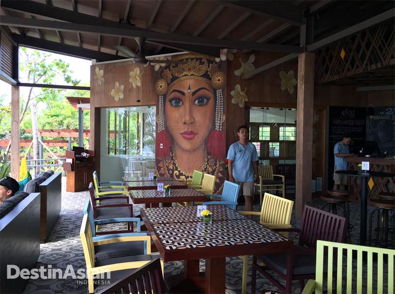 Lukisan gadis Bali berukuran raksasa yang digarap di dinding area makan.