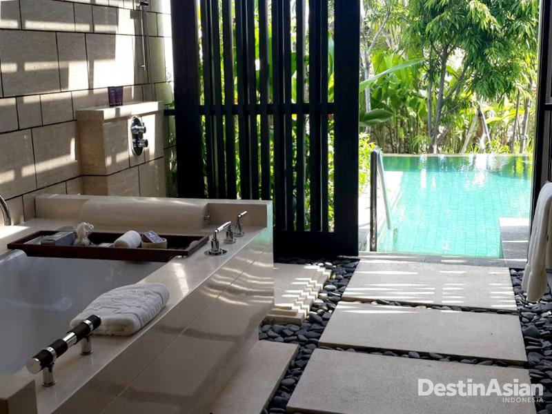 Bathtub dan shower semi outdoor di Pool Pavilion yang memiliki akses langsung ke kolam renang. (Foto: Yohanes Sandy)