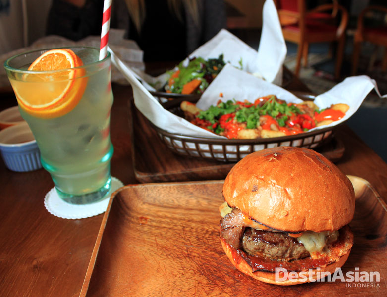 Smokin' B-Boy, salah satu burger di dalam menu yang rasanya sangat memikat.
