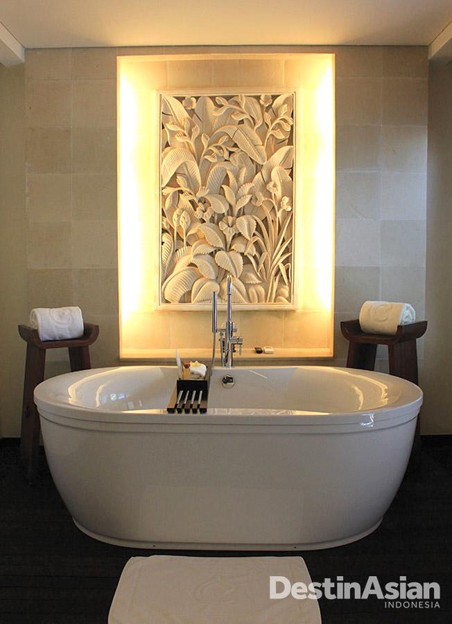 Kamar mandi lengkap dengan bathtub di zona terpisah.