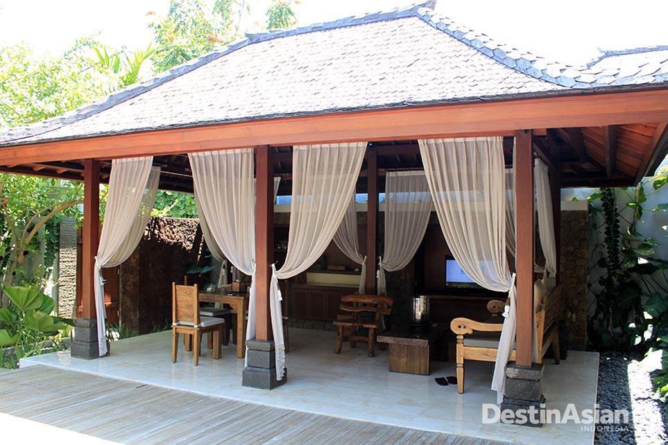 Masing-masing vila dilengkapi dengan paviliun tempat makan dan meracik kopi.