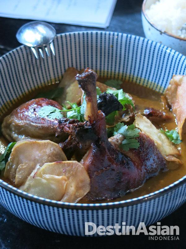 Sup bebek dengan sensasi rasa Asia yang kental di Coda. (Foto: Reza Idris)