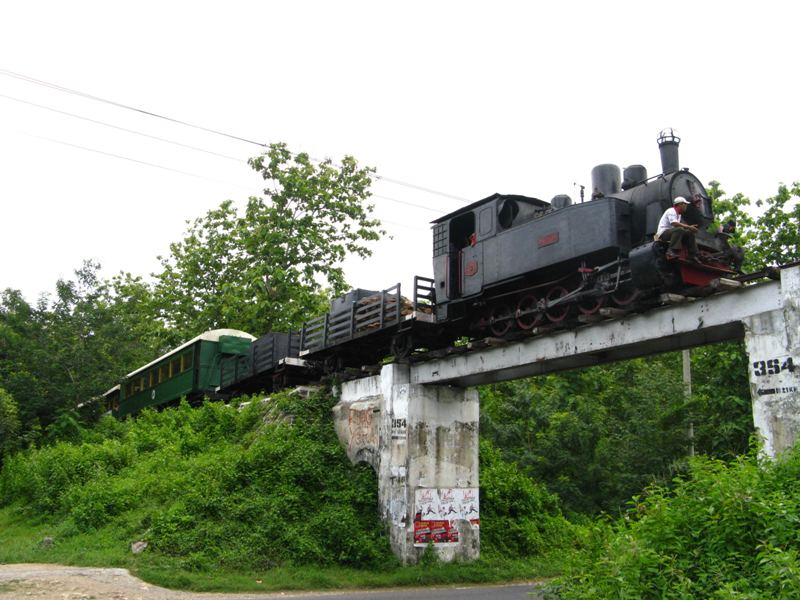 Menaiki kereta uap di jalur-jalur uzur di Jawa Tengah kerap dilakukan oleh para anggota Indonesian Railway Preservation Society.