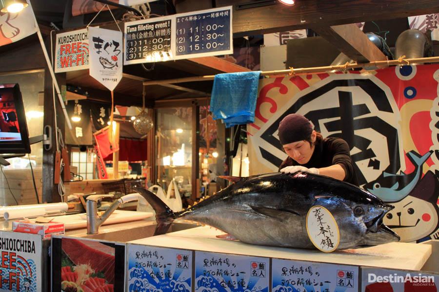 Pertunjukan pemotongan tuna di pasar Marina City yang digelar tiga kali sehari.
