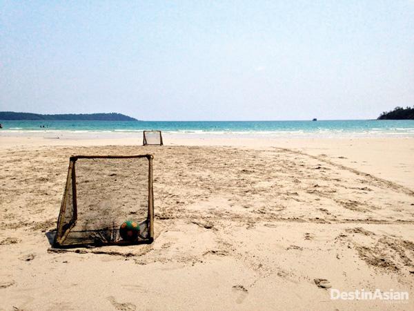 Lapangan sepak bola pantai di Soneva Kiri.
