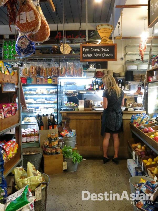 Selain restoran, Annie's juga merangkap sebagai toko swalayan mini. (Foto: Reza Idris)