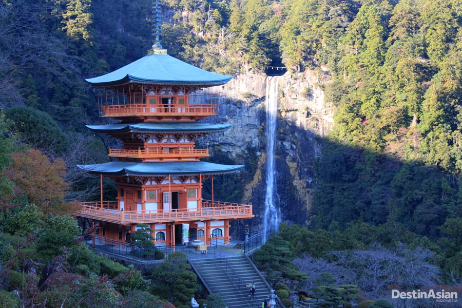 Kuil Seiganto-ji yang menjadi salah satu pusat ziarah di Kumano Kodo dengan latar belakang air terjun tertinggi sedunia.