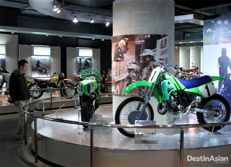 Koleksi sepeda motor di zona transportasi Kawasaki Good Times World.