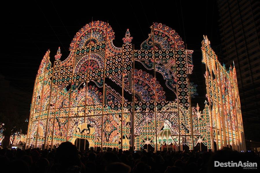 Instalasi lampu berbentuk mirip Colosseum yang menjadi pusat Luminaire.