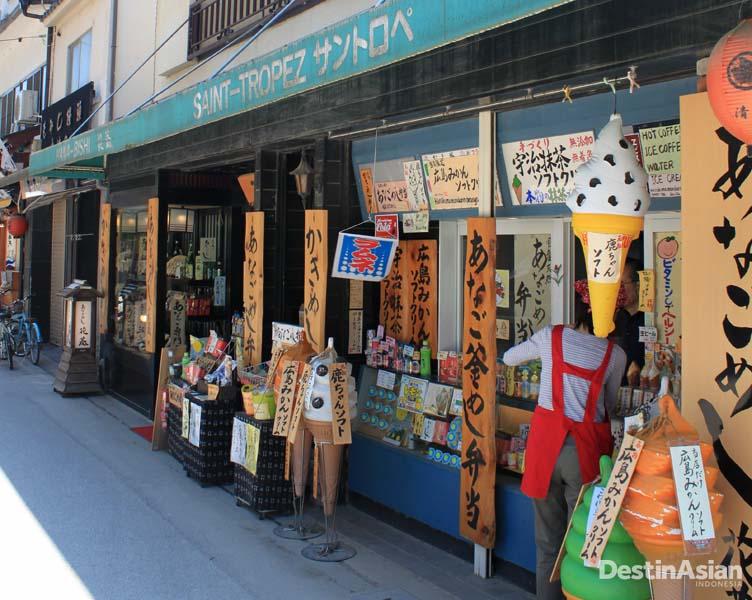 Kios penjual jajanan khas Jepang di Pulau Miyajima.