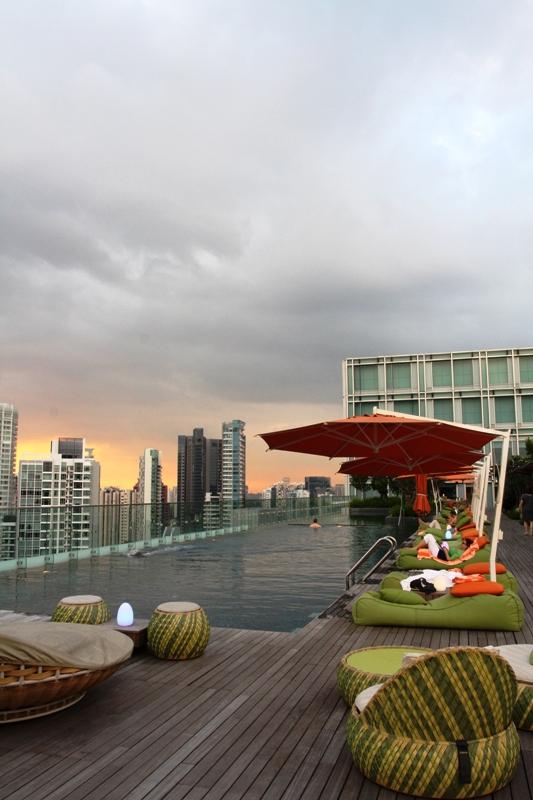 Kolam renang dengan pemandangan lanskap kota Singapura.