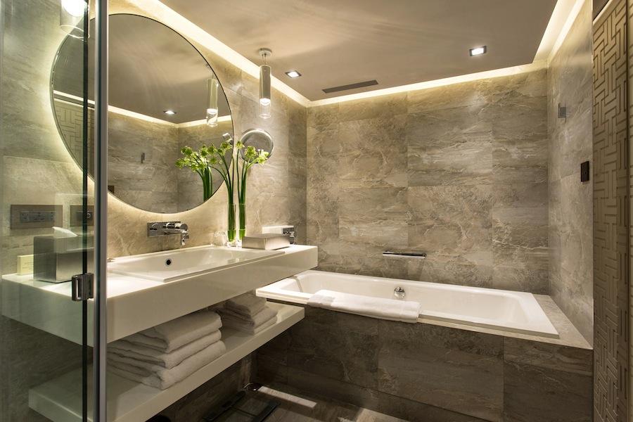 Kamar mandi dengan balutan mamer mewah.