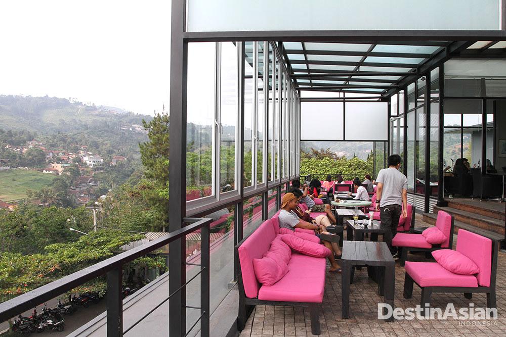 Teras di Lawangwangi Artspace dengan pemandangan perbukitan Dago Giri.