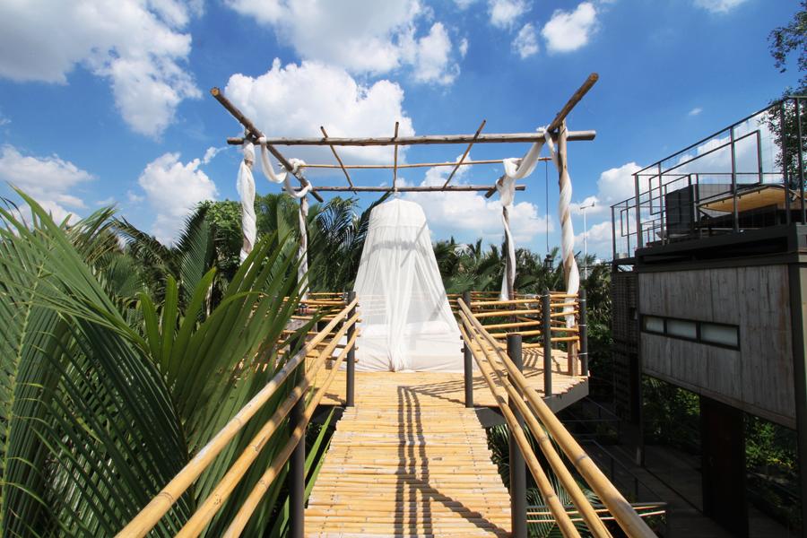 Kamar khusus yang disediakan untuk pasangan. Dilengkapi balkon dengan ranjang berselimutkan kelambu.