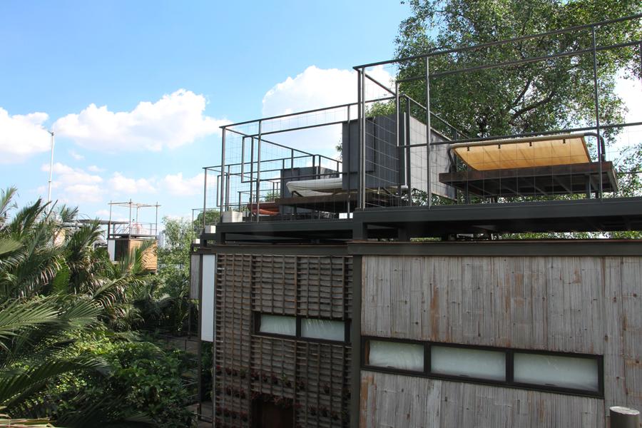 Hotel dibangun menggunakan material bambu, kayu, dan bahan daur ulang.