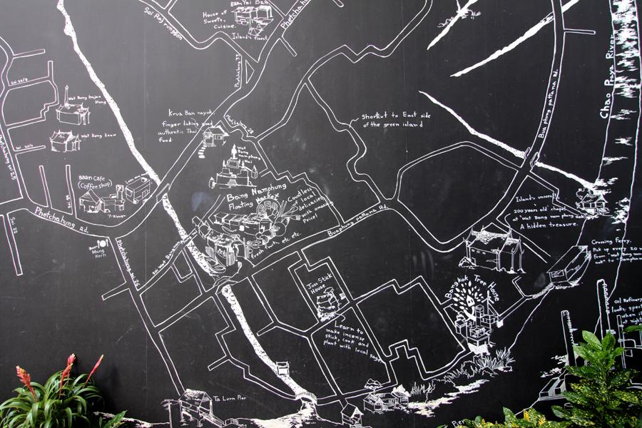 Lukisan peta Bang Krachao di dinding restoran.