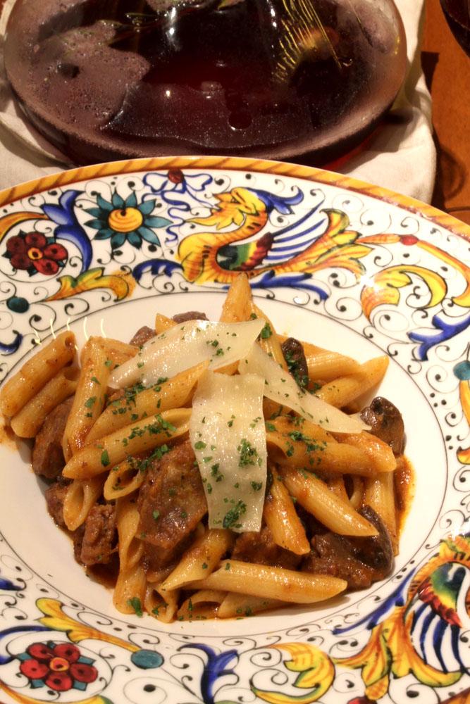 Penne pasta dengan saus jamur dan sosis daging babi di Bene, Sheraton Kuta.
