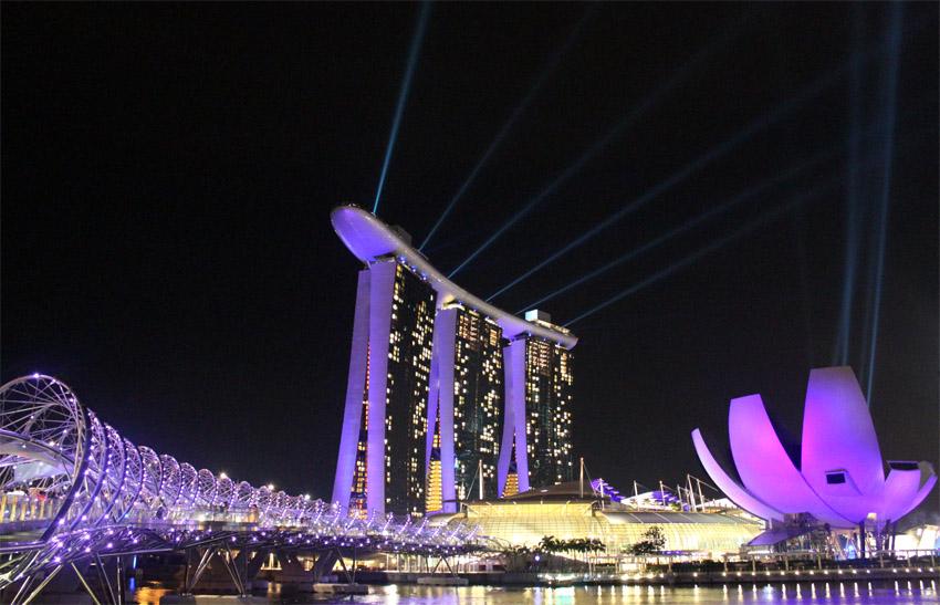Fasad Marina Bay Sands di malam hari.