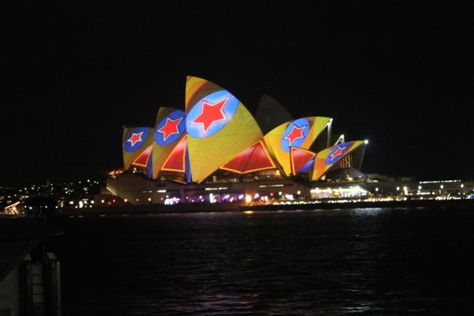 Sydney Opera House yang dihiasi sorot lampu warna-warni selama Vivid Sydney.