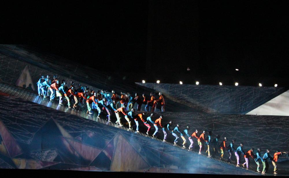Dengan 200 penari, musikal tari ini benar-benar terlihat megah.