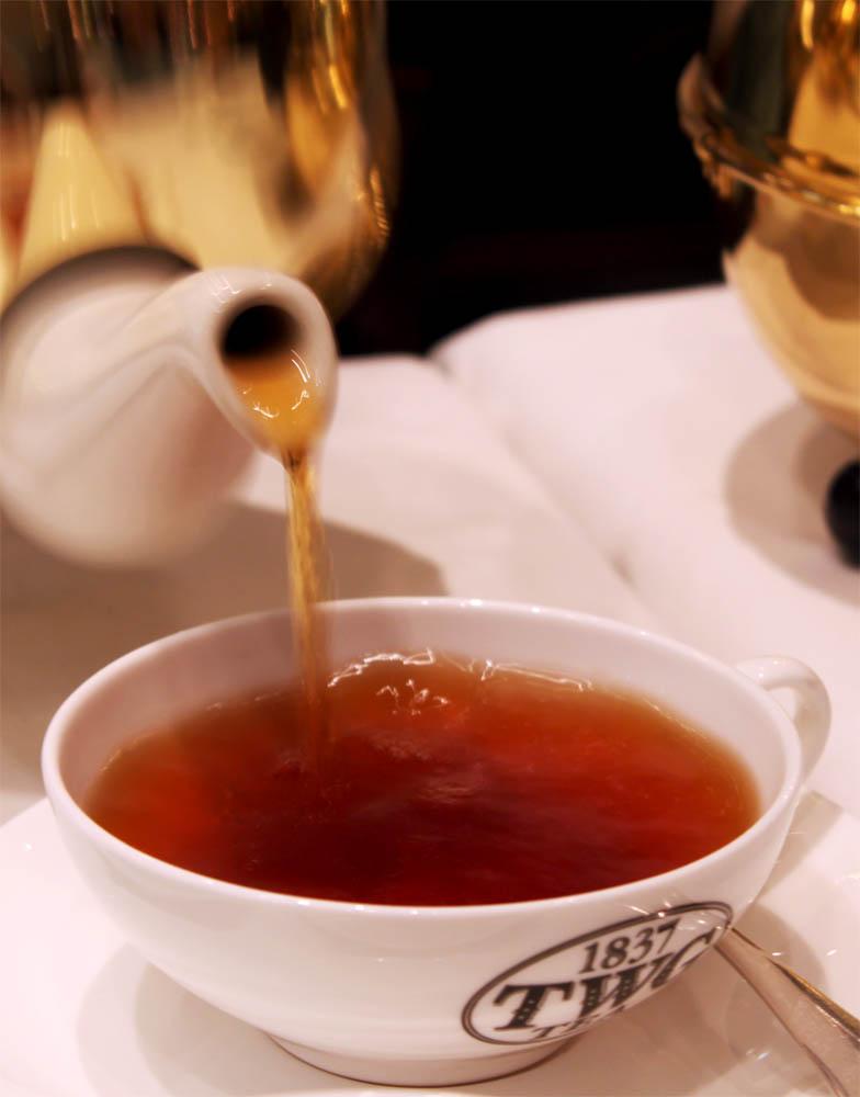 Menyeduh teh dengan gaya Eropa.