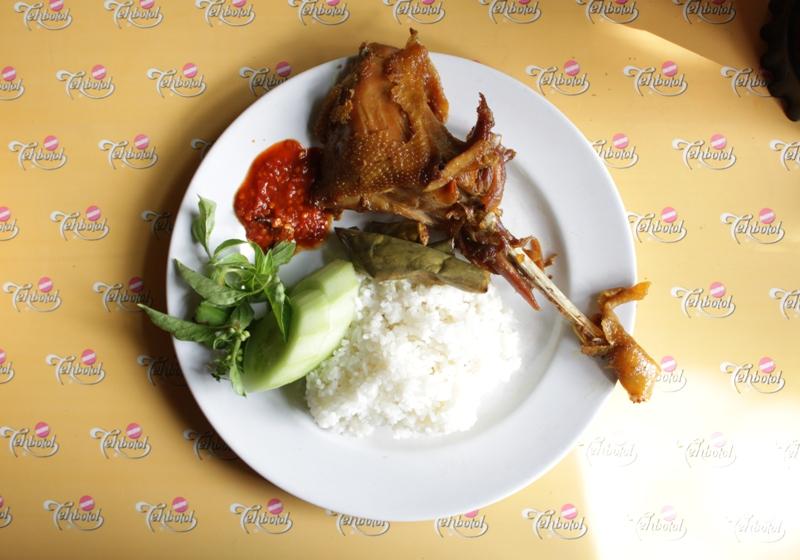 Ayam goreng Cemplung dengan tekstur berbeda dari ayam goreng kebanyakan.