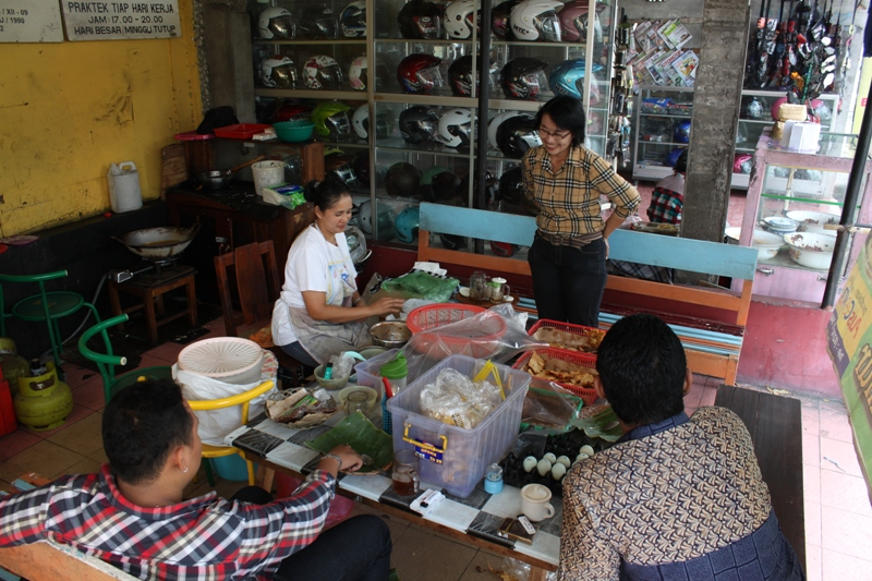 Suasana transaksi di warung pecel Gumilang.
