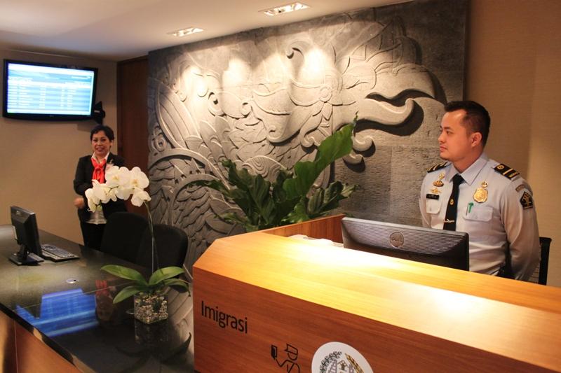 Lounge anyar ini dilengkapi dengan konter imigrasi di pintu masuk.