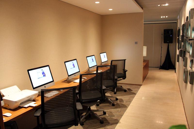 Komputer dengan koneksi internet yang bisa digunakan secara sonder bayar.