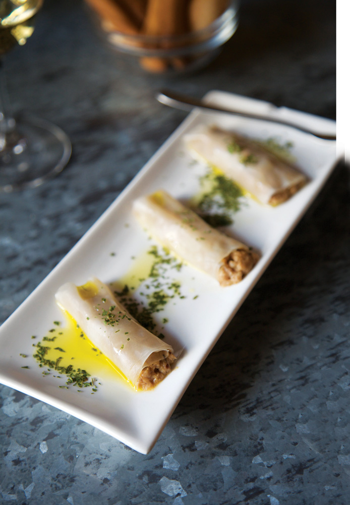 Selain wine, La Vinya del Senyor menawarkan canelons (cannelloni) yang diisi daging panggang dan minyak jamur porcini, ditambah parutan ikan kod bercampur tomat dan siraman minyak zaitun.