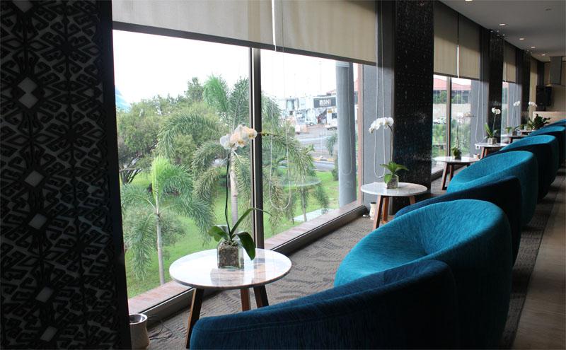 Sofa nyaman di area kelas bisnis.