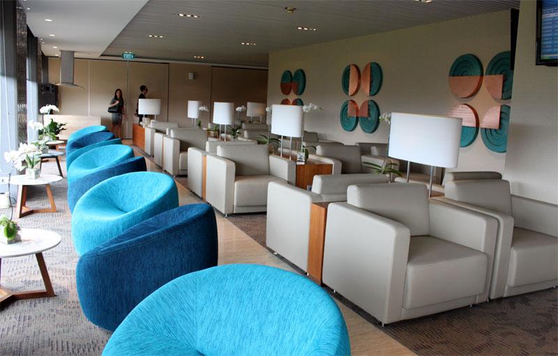 Interior warna-warni di ruangan khusus penumpang kelas bisnis.