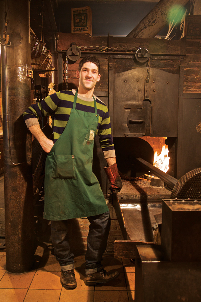 Staf di toko kacang Casa Gispert masih setia menggunakan perkakas panggang yang sama sejak 1851.