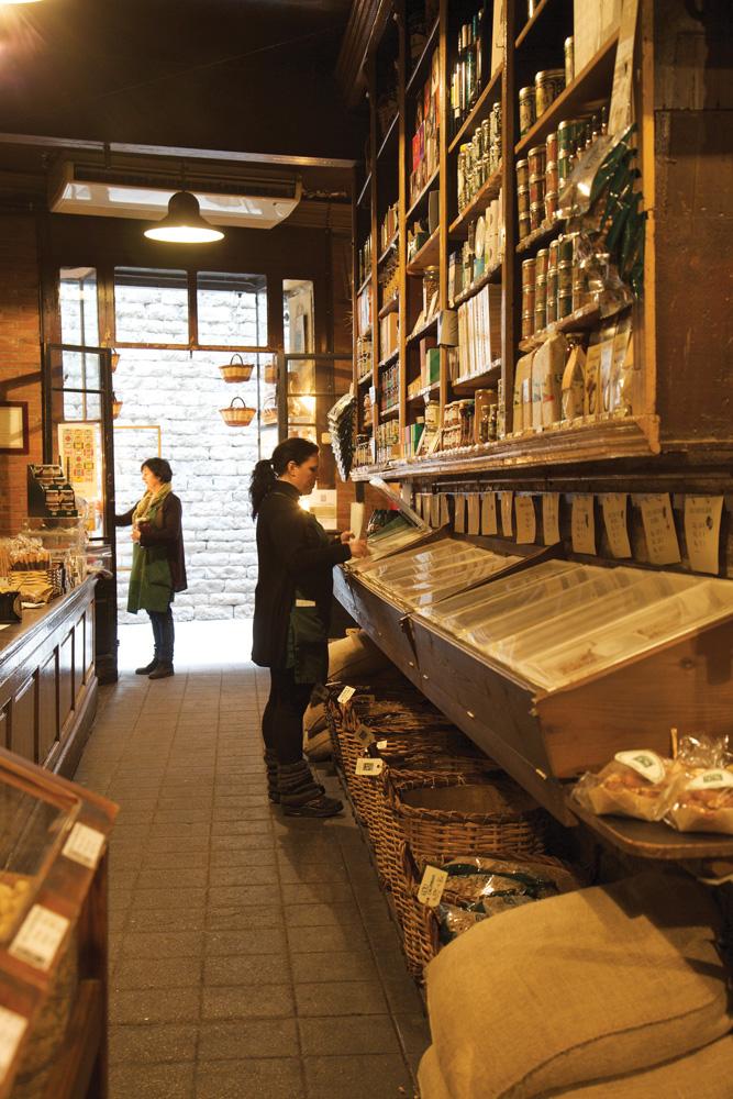 Casa Gispert, toko dengan spesialisasi kacang sudah berdiri sejak 150 tahun lalu.